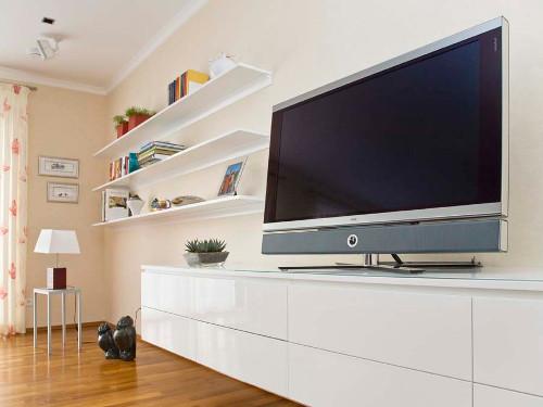 TV Lowboard mit grifflosen Fronten