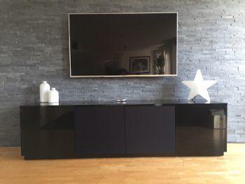 schwarzes TV Lowboard mit grifflosen Fronten